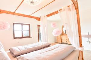 Zimmer im Landhaus mit Himmelbett